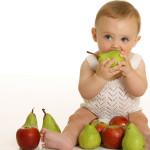 Bébé se sèvre et découvre les aliments solides